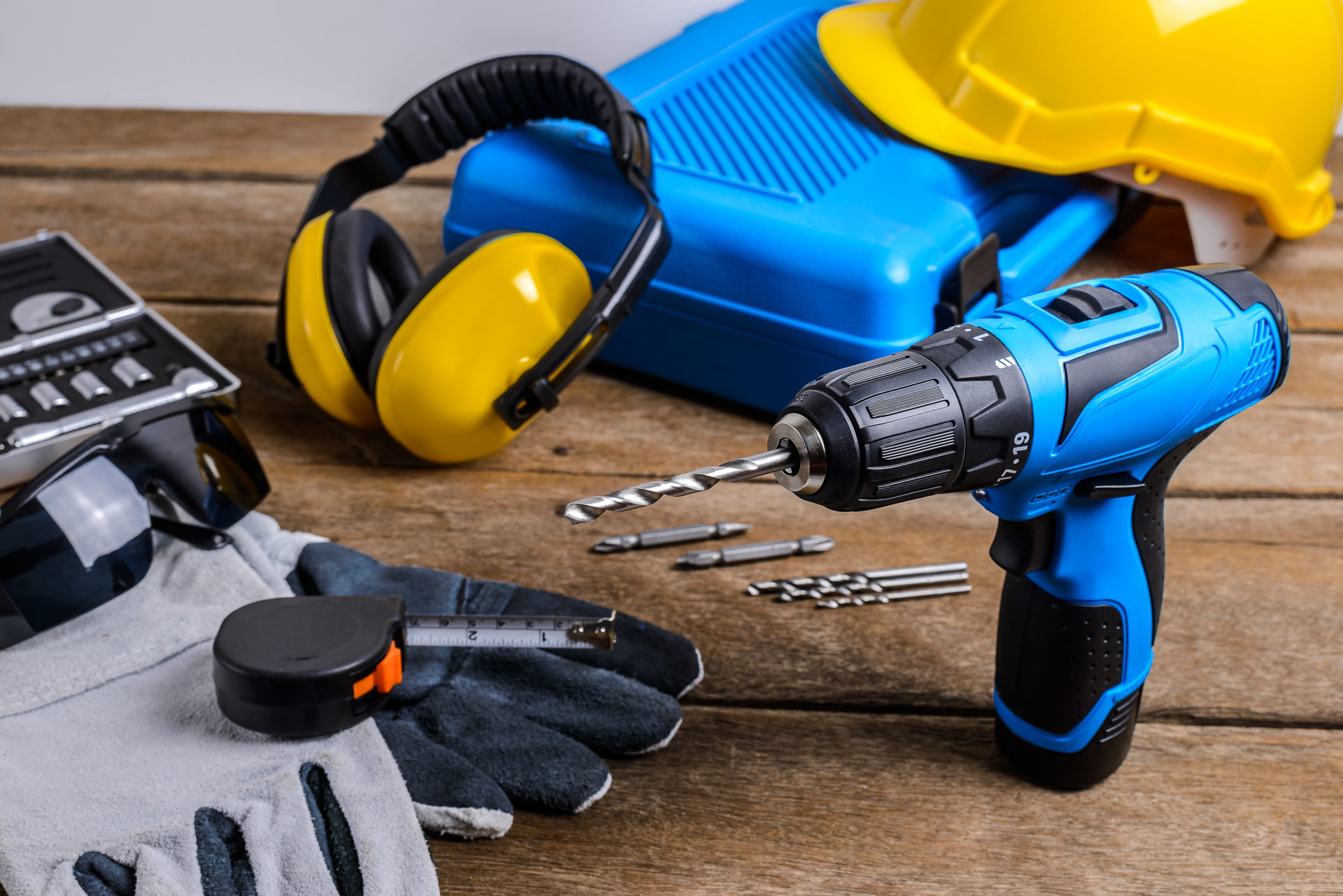 blåa verktyg på trägolv