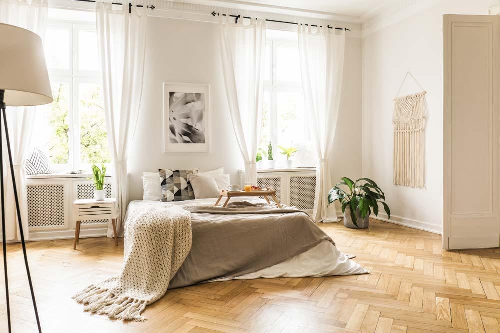 sovrum med fiskbensparkett, utförd golvslipning i Stockholm